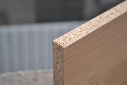 实木颗粒板是采用木材的木质纤维和木质碎料作原料,采用一定的物理和